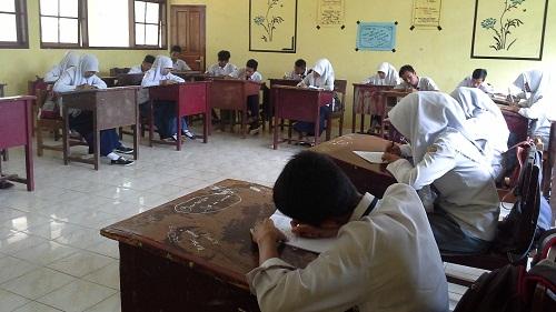 Siswa sedang melaksanakan evaluasi/postest, sebagai salah satu bagian dari kegiatan penutup