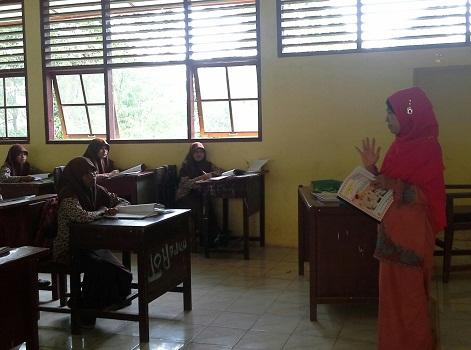 Posisi Duduk Siswa saat kegiatan Pendahuluan Berlangsung, di mana menghadap ke depan kelas untuk mendengarkan uraian guru