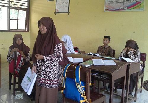 Salah seorang siswa dari pasangan kelompok lain memberikan pertanyaan pada pasangan yang tampil