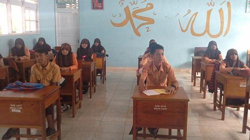 Posisi Duduk Siswa Saat Kegiatan Pendahuluan, sama seperti belajar pada umumnya seluruh siswa menghadap ke depan kelas