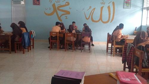 Siswa dibagi 5 Kelompok dengan anggota 4 dan atau 6 siswa per kelompok, dengan posisi duduk siswa saling berhadapan