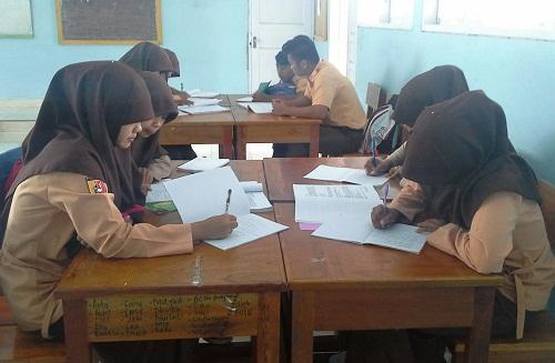 Masing-masing kelompok sedang mengerjakan tugas yang telah ditentukan untuk masing-masing kelompok