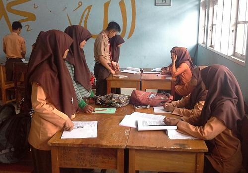 Dua Tamu sedang berkunjung ke kelompok lain untuk mendapatkan informasi (Red: siswa yang berdiri tamu yang baru datang, siswa yang duduk adalah tuan rumah)