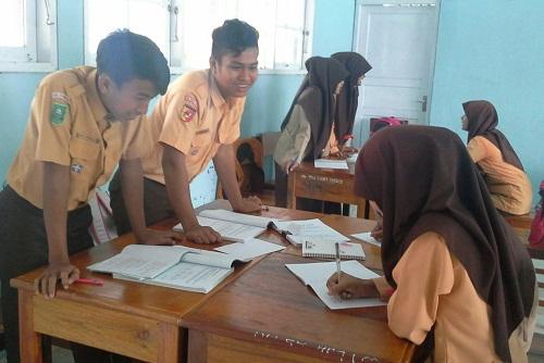 Tamu sedang mencatat ilmu yang diberikan oleh Tuan Rumah (Red: Siswa yang duduk adalah tamu, sedang siswa yang berdiri adalah Tuan rumah yang sedang memberikan informasi)