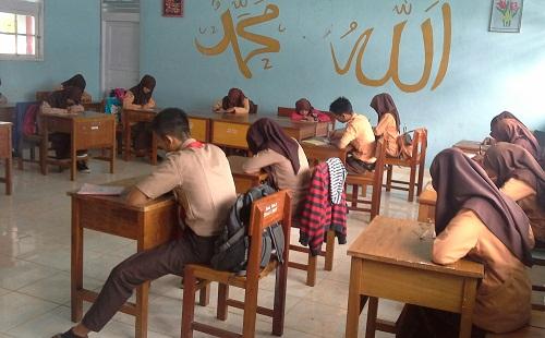 Siswa sedang melakukan evaluasi/postest, sebagai salah satu bagian dari kegiatan penutup