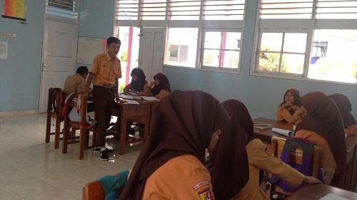 Salah seorang siswa dari salah satu kelompok sedang menyampaikan hasil tugasnya pada forum kelas