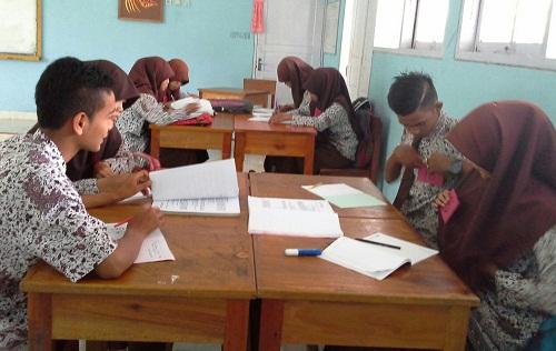 Dokumentasi Foto saat siswa-siswi  Kelas XII-IS3 sedang menyematkan nomor pada jilbab/bajunya masing-masing