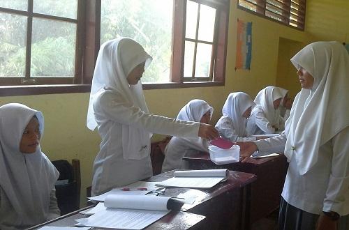 Dokumentasi Foto, di mana siswa yang telah selesai memberikan pertanyaan memasukkan KARTU MERAH (KARTU BERTANYA)  ke kotak