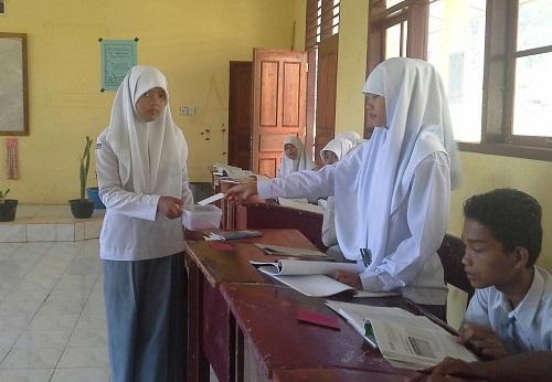 Dokumentasi Foto saat salah seorang siswa sedang menyerahkan KARTU PUTIH (KARTU MENJAWAB) sebagai tanda ia baru saja usai menjawab pertanyaan yang diajukan padanya