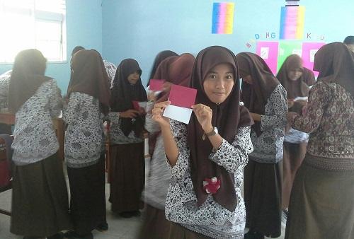 """Dokumentasi Foto Pembelajaran Ekonomi dengan metode """"Index Card Match"""" yang dimodifikasi  di Kelas XII-IS3 SMA Negeri 2 Rambatan TP. 2015/2016"""