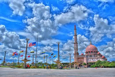 Dokumentasi Foto Masjid Putra diantara kibaran bendera Malaysia di Putra Squate foto dariRlzzzadiPanoramio dalam http://bujangmasjid.blogspot.co.id/