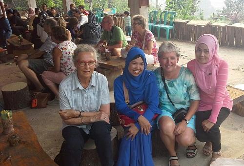Dokumentasi Foto bersama Turis Mancanegara di CV Kiniko Enterprise