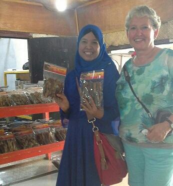 Dokumentasi Foto bersama turis dari Holand saat mau beli Pisang Salai Kiniko