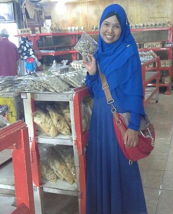 """Dokumentasi Foto Penulis di tempat penjualan produk-produk """"Kiniko Enterprise"""", di mana produk yang penulis pegang adalah pisang salai wijen kiniko"""