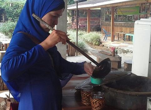 Dokumentasi Foto, penulis sedang  mengambil sendiri minuman daun kopi kiniko