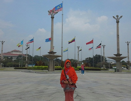 Dokumentasi Foto di Putra Square dengan latar bendera-bendera propinsi dari negara Malaysia