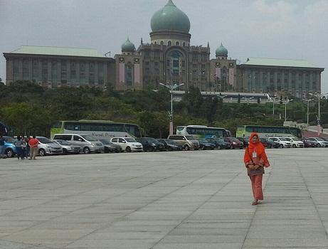 Dokumentasi  Foto di Putra Square dengan latar Gedung Putra Perdana (Gedung Perdana Menteri Malaysia)