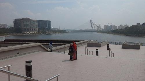 Dokumentasi Foto dengan Latar Danau/Tasik Putra Jaya, serta dari jauh terlihat Jembatan Seri Wawasan (Seri Wawasan Brigde), dan sebagian bangunan-bangunan megah Putra Jaya
