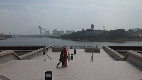 Dokumentasi Foto Penulis dan Siswa Bimbingan (Nessa Sapera) dengan latar Danau/Tasik Putrajaya Malaysia, dan terlihat juga dari jauh Jembatan Seri Wawasan