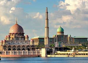 Dokumentasi Foto Gedung Perdana Putra (Berkubah hijau) bersebelahan dengan Mesjid Putra (Berkubah Pink), serta Putra Square berada di depan kedua bangunan tersebut