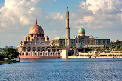 Dokumentasi Foto Masjid putra diantara Danau Putrajaya, Perdana Putra, dan Putra Square (Foto Dari BadRuL MN ©diPanoramio dalam http://bujangmasjid.blogspot.co.id)