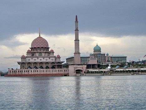 Dokumentasi Foto Tasik Putrajaya dengan mesjid Putra (berkubah Pink) berdiri megah di tepi tasik
