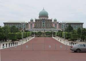 Dokumentasi Foto Perdana Putra (Istana Perdana Menteri Malaysia) berpagar besi sebagai pembatas antara gedung dengan area pengunjung.