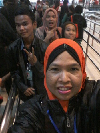 Dokumentasi Foto Penulis bersama Siswa bimbingan (Nessa Sapera, Arif Habibi, dan Hafidzah Putri Tasya) saat menyusuri antrian jalan seperti labirin guna menuju tempat naik Skyway Cable Car