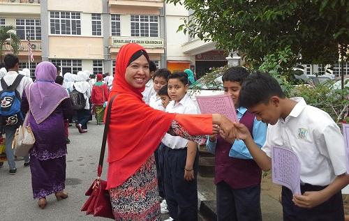 Dokumentasi Foto:  saat tiba rombongan disambut dengan Shalawat Nabi oleh Murid-murid SK Seremban 2A Negeri Sembilan Malaysia, dan penulis sempat bersalaman dengan para murid