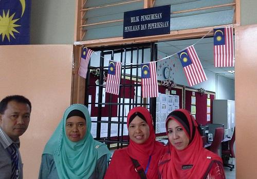 Dokumentasi Foto di depan Bilik Pengurusan Penilaian dan Pemeriksaan SMK Seremban 2