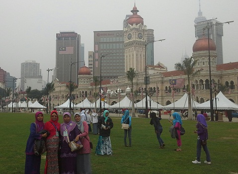 "Dokumentasi Foto di Dataran Merdeka KL-Malaysia dengan latar bangunan kuno nan cantik ""Sultan Abdul Samad Building"""