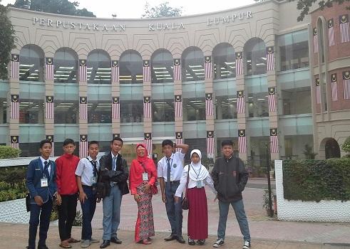 Dokumentasi Foto Penulis bersama siswa di Dataran Merdeka KL-Malaysia dengan latar  Perpustakaan Kuala Lumpur