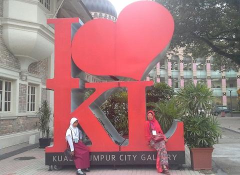 """Dokumentasi Foto Penulis bersama siswa bimbingan (Nessa Sapera)   di  """"I love KL""""   Galeri Kuala Lumpur  Dataran Merdeka Malaysia"""