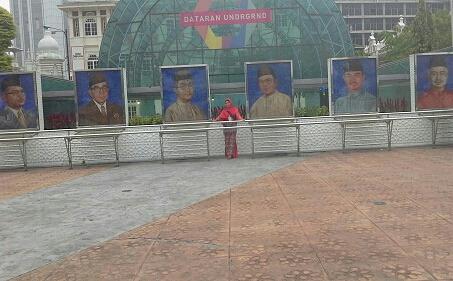 Dokumentasi Foto Penulis diantara  Foto para   tokoh/Perdana Menteri Malaysia di Dataran Merdeka KL-Malaysia
