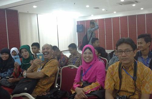 Dokumentasi Foto beberapa peserta studi banding  di  salah satu ruangan KBRI Kuala Lumpur  saat menunggu acara temu ramah dengan Bapak Prof. Dr. Ari Purbayanto (Atase Pendidikan KBRI Kuala Lumpur Malaysia)