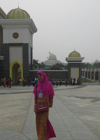 """Meski tertutup untuk umum, namun pengunjung bisa melihat Istana Negara Malaysia  yang indah dan megah 'bak negeri dongeng"""" dari halaman luas depan pintu gerbang"""