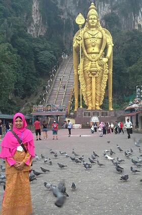 Dokumentasi Foto di kawasan batu Caves dengan latar belakang Patung Dewa Murugan Patung Tertinggi di Dunia (42,7 meter) dan anak tangga berjumlah 272 buah menuju Gua