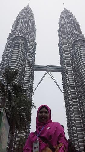 """Dokumentasi Foto dengan latar """"Petronas Twin Tower"""" Kulala Lumpur Malaysua"""""""