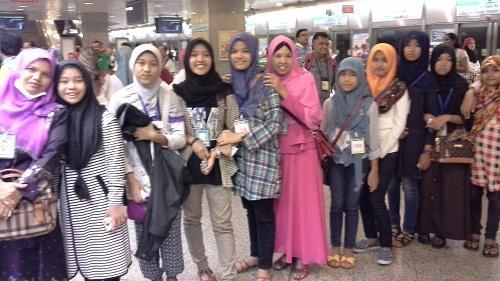 Dokumentasi Foto Guru Pembimbing (Penulis dan Guspita), serta Siswa Bimbingan Saat Antrian di Salah Satu Stasion MRT Singapore guna Menunggu MRT Singapore Tiba