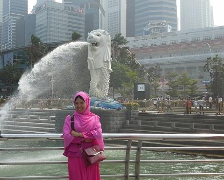 Dokumentasi Foto di Merlion Park Singapore dengan Latar Patung Merlion (Patung Singa Berbadan Ikan)