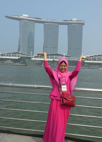 Dokumentasi Foto di Merlion Park Singapore dengan Latar Marina Bay Sands di Teluk Marina dengan Tower 3 di utara dengan SkyPark yang menggantung 67 meter (Seperti Kapal yang Kandas di atas 3 Menara)