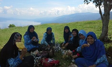 Makan siang di Puncak  Pusaran Angin Payorapuih dengan latar  danau Singkarak dan view sekitarnya