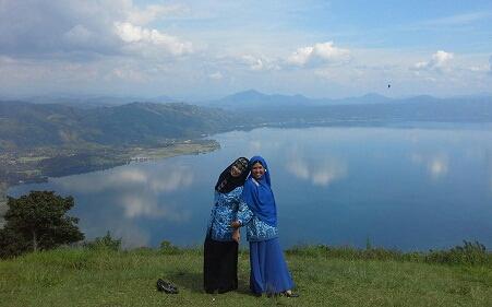 Dokumentasi Foto di Puncak Pusaran Payorapuih dengan latar danau Singkarak