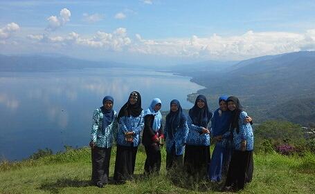Dokumentasi Foto bersama teman-teman di Puncak Pusaran Angin Payorapuih, dengan view birunya lamgit, birunya danau Singkarak, dan barisan bukit-bungkit yang kokoh menambah indahnya panorama di tempat ini