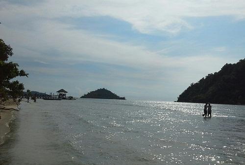 Pantai Suwarnadwipa yang Indah yang  Posisinya berseberangan dengan Pulau Sironjong juga sangat dekat sekali dengan Pulau-pulau cantik seperti Pulau Sikuai, Pulau Pagang, Pamutusan, dan Pasumpahan (28-12-2015)