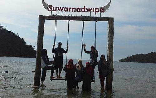Dokumentasi Foto Bermain Ayunan di Laut Pantai Suwarnadwipa   (28-12-2015)