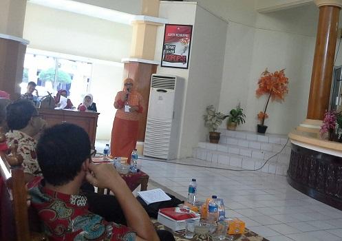 """Penyampaian Materi Seminar oleh Ibu Rahmawati M.Pd (Guru Sosiologi SMAN 1 Batang Anai) dengan judul """"Strategi Meningkatkan Motivasi Peserta Dudik dalam Pembelajaran Sosiologi di SMA"""" (LPMP Padang, Minggu 24 April 2016)."""