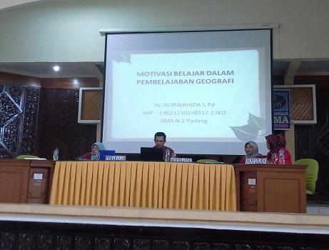 "Penyampaian Materi Seminar oleh Ibu Nurwahida S.Pd (Guru Geografi SMAN 2 Padang) dengan judul ""Motivasi Belajar dalam Pembelajaran Geografi"" (LPMP Padang, Minggu 24 April 2016)."