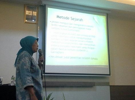 """Penyampaian Materi oleh Nara Sumber Ibu Dr. Tri Wahyuning M. Irsyam (Dosen FIB Jurusan Sejarah Universitas Indonesia) dengan judul """"Metode Sejarah"""""""