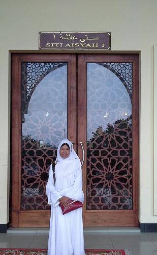 Pintu Siti Aisyah I  adalah Pintu Utama Bagian Selatan Mesjid Agung Madani Islamic Centre Pasir Pangaraian. (Rokan Hulu, Kamis 5/5/2016)
